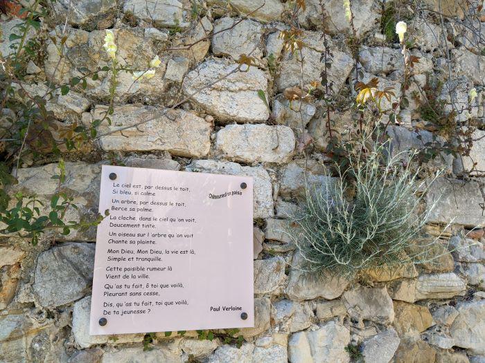 poem on stone wall village en poésie Châteauneuf
