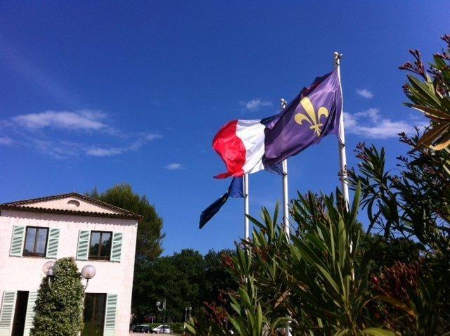 drapeau roquefort les pins