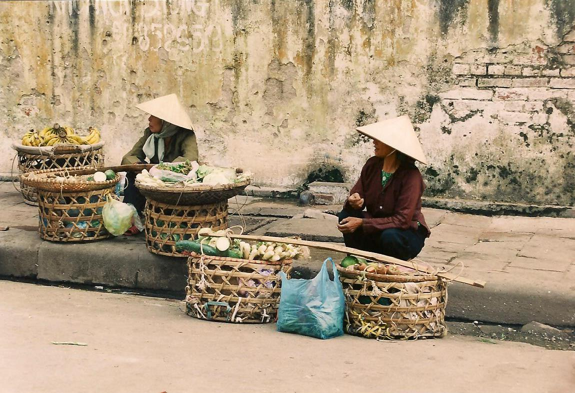 street sellers Hanoi LouMessugo blog