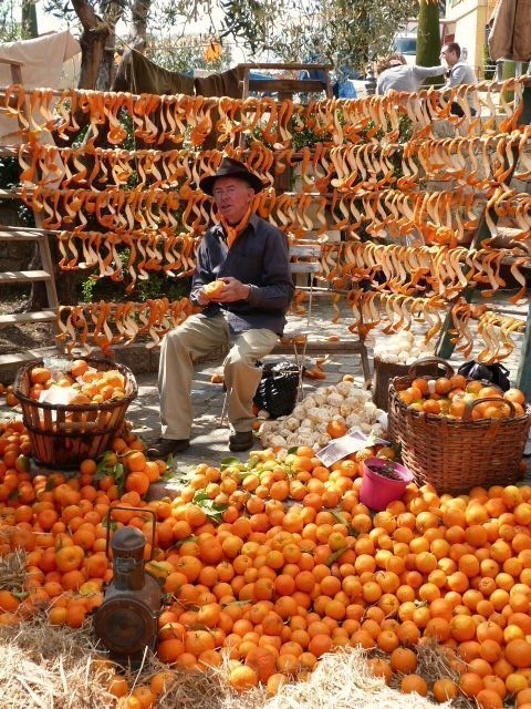 orange peeler in Bar sur Loup at orange festival french riviera | Lou Messugo