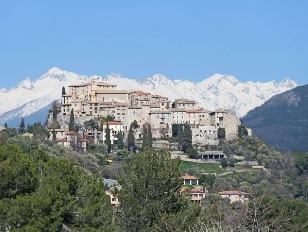 carros village with snowy mountains