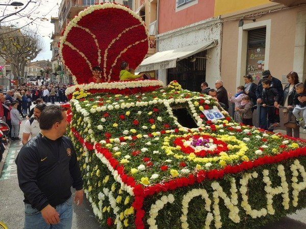 float covered in flowers Vence Easter carnival