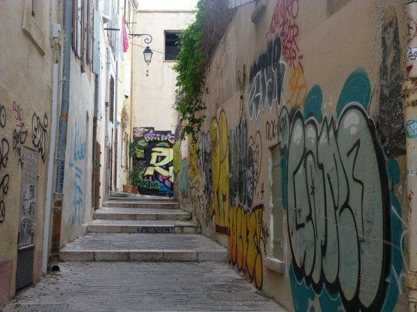panier street with graffiti