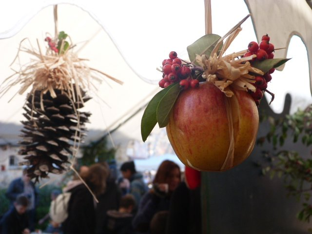 Christmas_decorations_at_traditional_Christmas_Market_Côte_dAzur_France