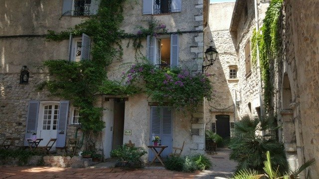 Antibes courtyard