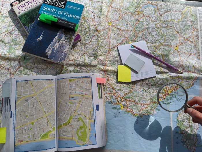 map and guidebooks | Lou Messugo