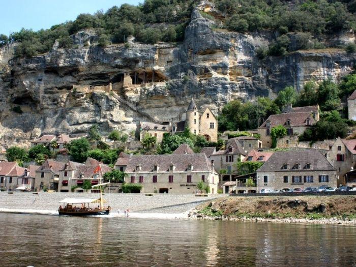 La Roque-Gageac village on Dordogne river