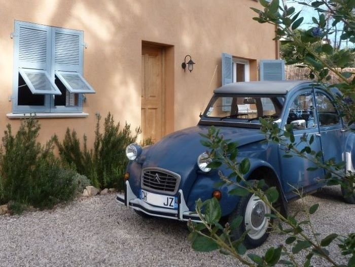 deuche 2CV parked outside Lou Messugo gite